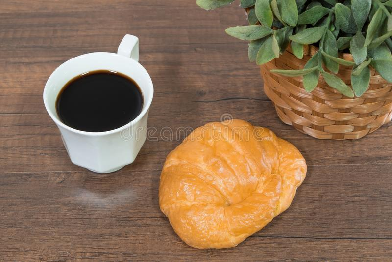 Πρόσφατα ψημένα σπιτικά croissants στον ξύλινο τέμνοντα πίνακα στοκ φωτογραφία με δικαίωμα ελεύθερης χρήσης
