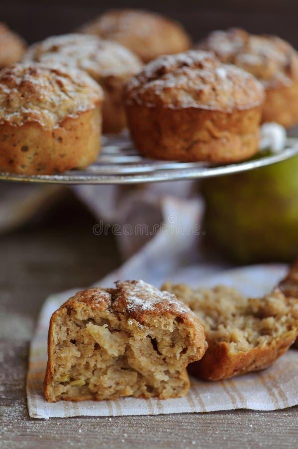 Πρόσφατα ψημένα muffins με το αχλάδι και το μήλο στοκ εικόνα με δικαίωμα ελεύθερης χρήσης