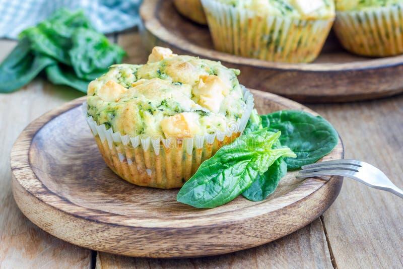 Πρόσφατα ψημένα muffins πρόχειρων φαγητών με το σπανάκι και το τυρί φέτας στοκ εικόνα με δικαίωμα ελεύθερης χρήσης