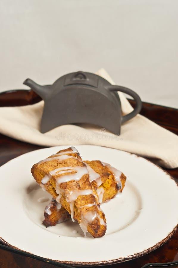 Πρόσφατα ψημένη, σπιτική πιπερόριζα κολοκύθας scones, με το πάγωμα βανίλιας στοκ φωτογραφία με δικαίωμα ελεύθερης χρήσης