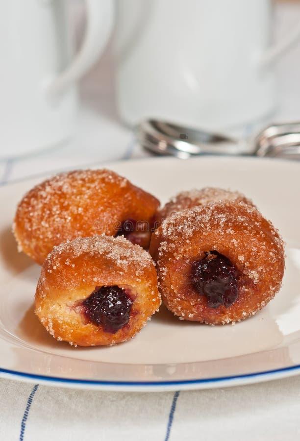Πρόσφατα ψημένος, γεμισμένες ζελατίνα brioche doughnut τρύπες στοκ φωτογραφία