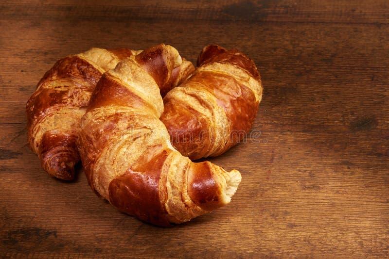 Πρόσφατα ψημένος croissants στον ξύλινο τέμνοντα πίνακα, κινηματογράφηση σε πρώτο πλάνο στοκ εικόνα με δικαίωμα ελεύθερης χρήσης