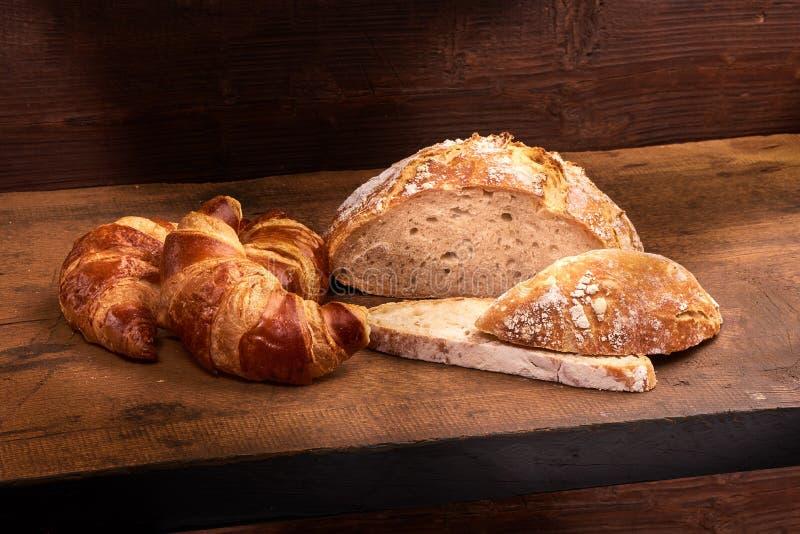Πρόσφατα ψημένος croissants στον ξύλινο τέμνοντα πίνακα, κινηματογράφηση σε πρώτο πλάνο στοκ φωτογραφία με δικαίωμα ελεύθερης χρήσης