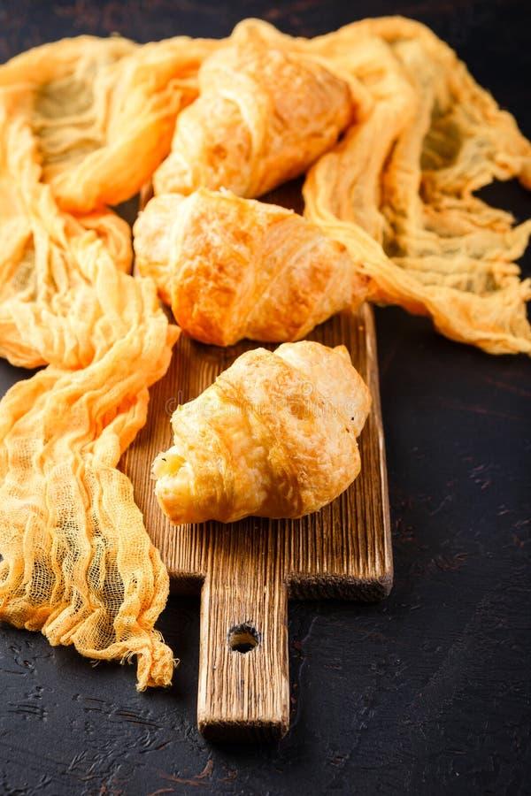 Πρόσφατα ψημένος croissants στον ξύλινο τέμνοντα πίνακα, τοπ άποψη στοκ φωτογραφίες με δικαίωμα ελεύθερης χρήσης