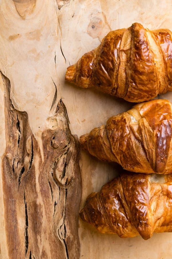 Πρόσφατα ψημένος croissants στον ξύλινο τέμνοντα πίνακα, τοπ άποψη στοκ εικόνες με δικαίωμα ελεύθερης χρήσης