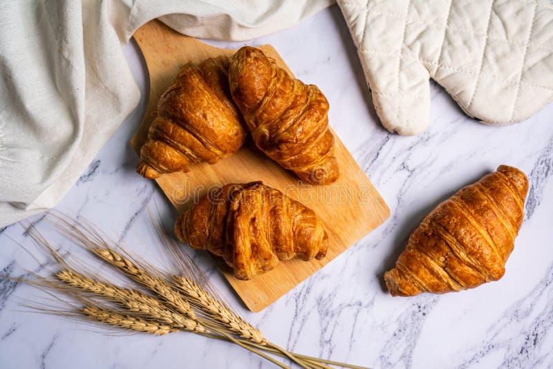 Πρόσφατα ψημένος croissants στον ξύλινο τέμνοντα πίνακα στοκ φωτογραφία με δικαίωμα ελεύθερης χρήσης