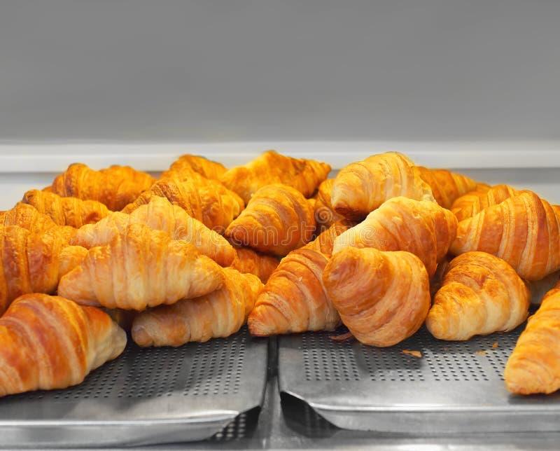 Πρόσφατα ψημένος croissants στο δίσκο μετάλλων, έτοιμο να εξυπηρετήσει στοκ φωτογραφίες με δικαίωμα ελεύθερης χρήσης