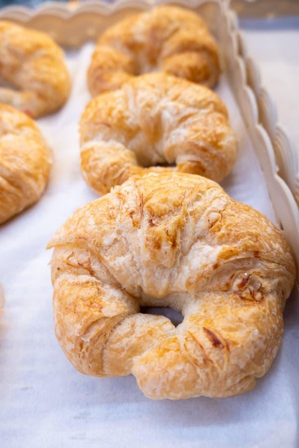 Πρόσφατα ψημένος croissants στο δίσκο ψησίματος - κλείστε επάνω στοκ φωτογραφία