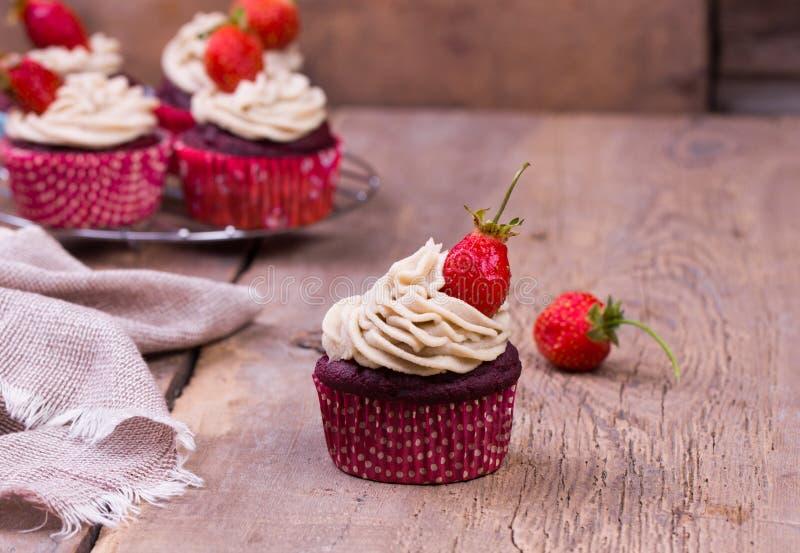 πρόσφατα ψημένος cupcakes με τη φράουλα στοκ εικόνα με δικαίωμα ελεύθερης χρήσης