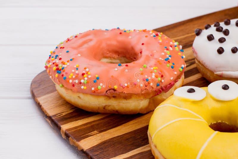 Πρόσφατα ψημένος donuts στο ξύλινο υπόβαθρο στοκ εικόνες