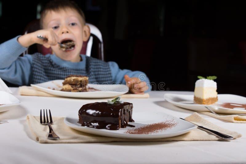 Πρόσφατα ψημένο βερνικωμένο κέικ σοκολάτας στοκ φωτογραφίες