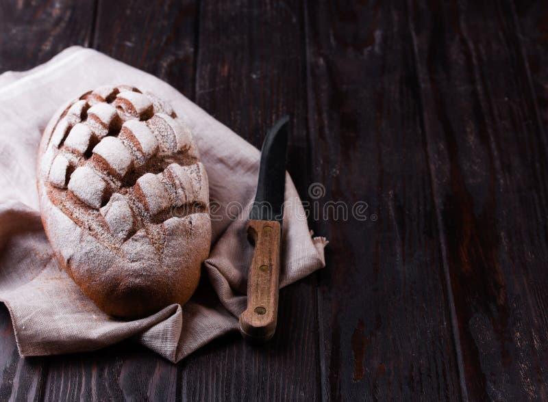 Πρόσφατα ψημένο παραδοσιακό ψωμί στον ξύλινο πίνακα στοκ φωτογραφία