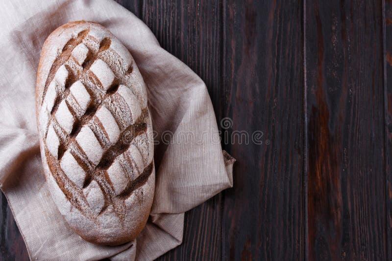 Πρόσφατα ψημένο παραδοσιακό ψωμί στον ξύλινο πίνακα στοκ φωτογραφίες