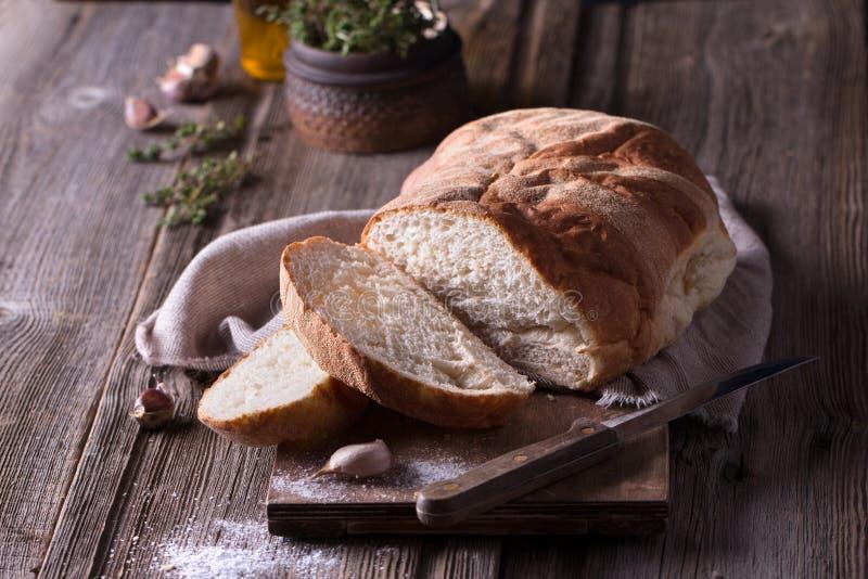 Πρόσφατα ψημένο σπιτικό ψωμί στον ξύλινο τέμνοντα πίνακα στοκ φωτογραφία με δικαίωμα ελεύθερης χρήσης