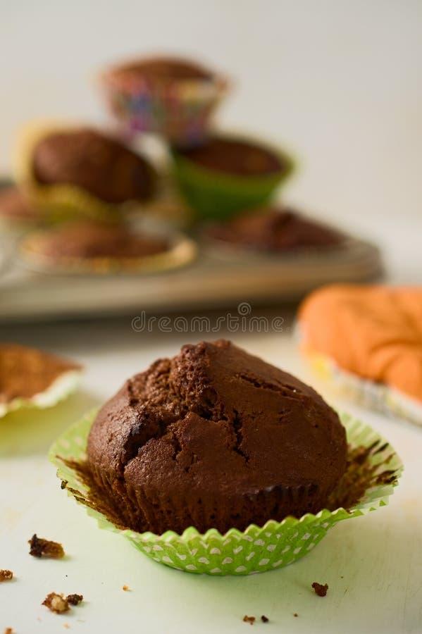 Πρόσφατα ψημένο σπιτικό muffin σοκολάτας cupcake στην Πράσινη Βίβλο γ στοκ φωτογραφία με δικαίωμα ελεύθερης χρήσης