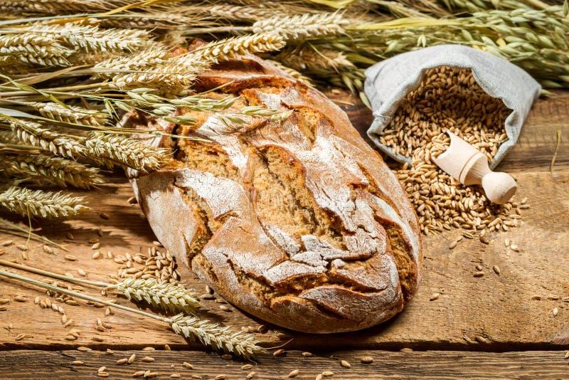 Πρόσφατα ψημένο ψωμί με τα σιτάρια δημητριακών στοκ φωτογραφίες
