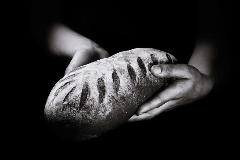 Πρόσφατα ψημένο ψωμί σε ένα μαύρο υπόβαθρο στοκ φωτογραφίες