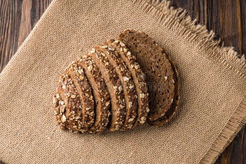 Πρόσφατα ψημένο ψωμί στη φυσική πετσέτα λινού, σπιτικό αρτοποιείο στοκ εικόνες με δικαίωμα ελεύθερης χρήσης