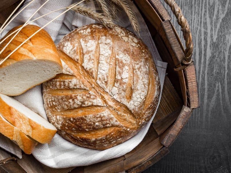 πρόσφατα ψημένο ψωμί στο καλάθι στο σκούρο γκρι πίνακα κουζινών, τοπ άποψη, διάστημα αντιγράφων στοκ φωτογραφίες με δικαίωμα ελεύθερης χρήσης