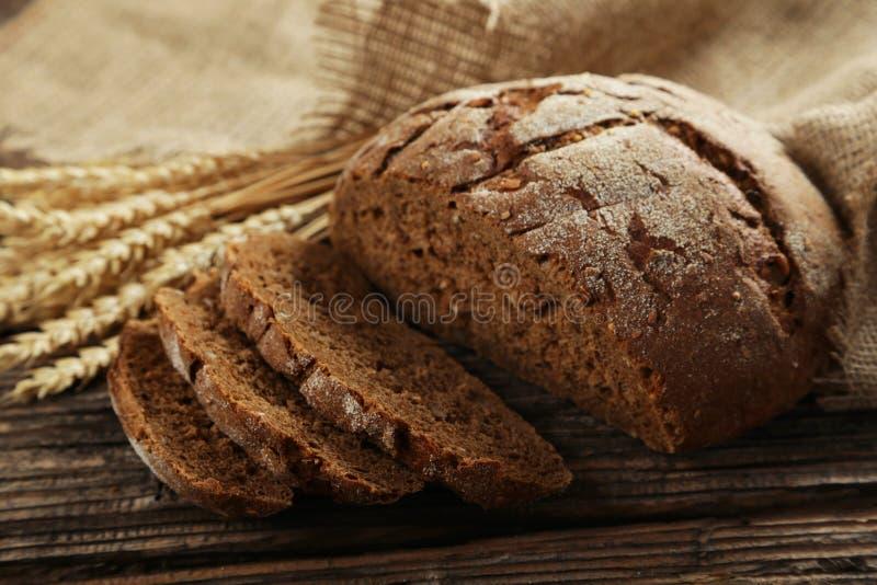 Πρόσφατα ψημένο ψωμί στο καφετί ξύλινο υπόβαθρο στοκ φωτογραφίες με δικαίωμα ελεύθερης χρήσης