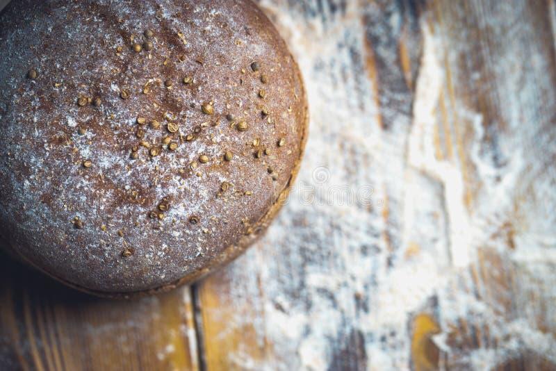 Πρόσφατα ψημένο ψωμί στο σκούρο γκρι πίνακα κουζινών, τοπ άποψη στοκ φωτογραφία