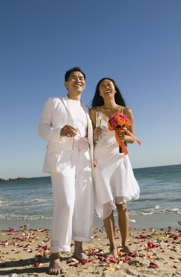 Πρόσφατα wed ζεύγος στην παραλία στοκ εικόνα