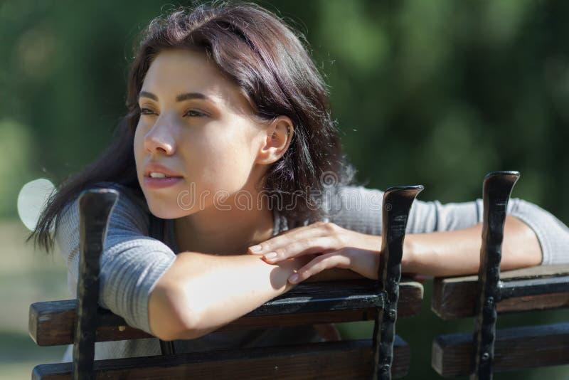 Πρόσφατος-teens-αργά κορίτσι στο πάρκο στοκ εικόνα