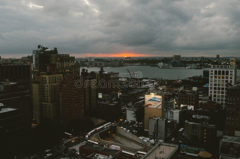 Πρόσφατο ηλιοβασίλεμα πέρα από τον ποταμό του Hudson στοκ φωτογραφία