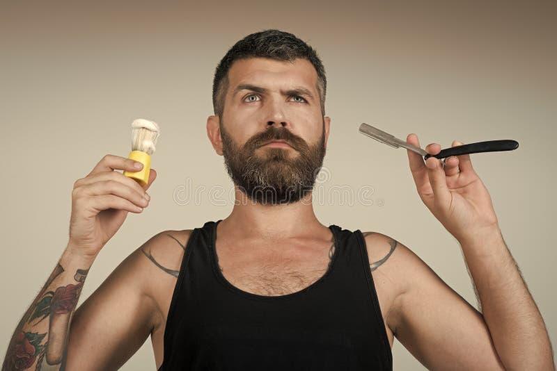 Πρόσωπο ατόμων όμορφο Το άτομο έκοψε τη γενειάδα και mustache με το ξυράφι και τη βούρτσα ξυρίσματος στοκ εικόνα με δικαίωμα ελεύθερης χρήσης