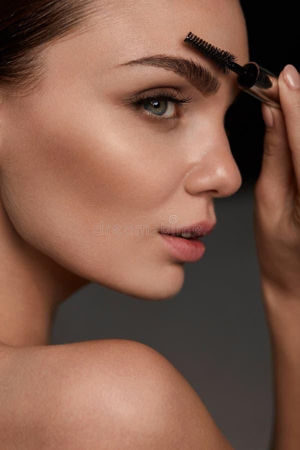 Πρόσωπο γυναικών με τα όμορφα φρύδια και επαγγελματικό Makeup στοκ φωτογραφίες