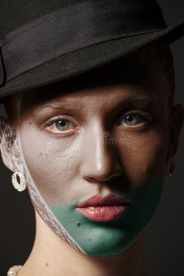 Πρόσωπο γυναικών με τη χρωματισμένη λευκορωσική σημαία στοκ εικόνα