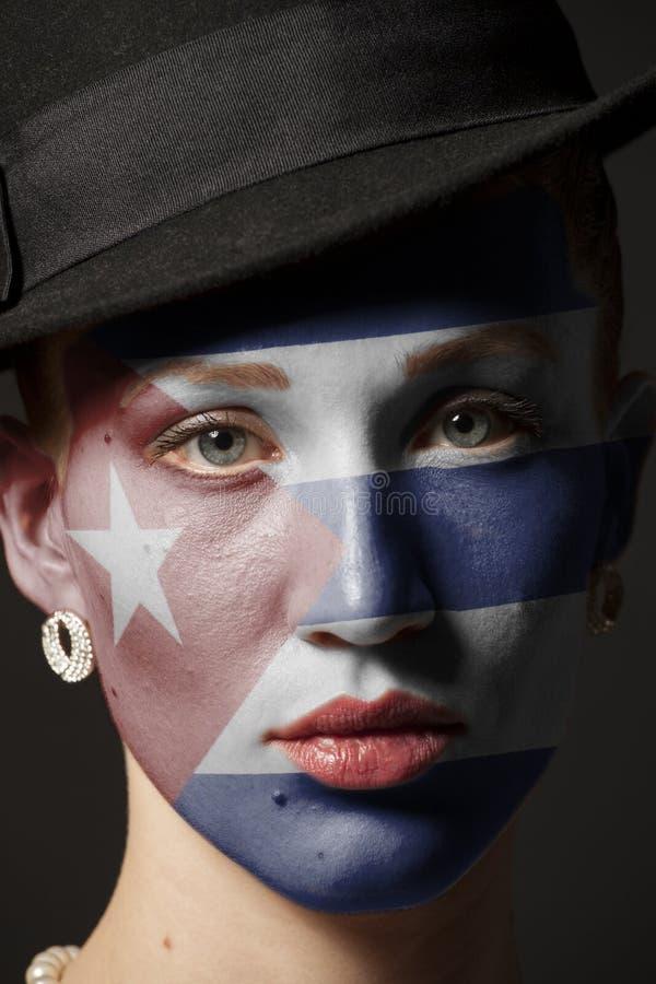 Πρόσωπο γυναικών με τη χρωματισμένη σημαία της Κούβας στοκ φωτογραφία με δικαίωμα ελεύθερης χρήσης
