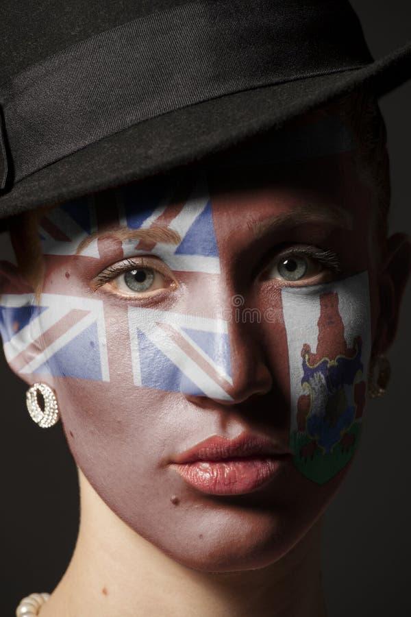 Πρόσωπο γυναικών με τη χρωματισμένη σημαία των Βερμούδων στοκ φωτογραφίες