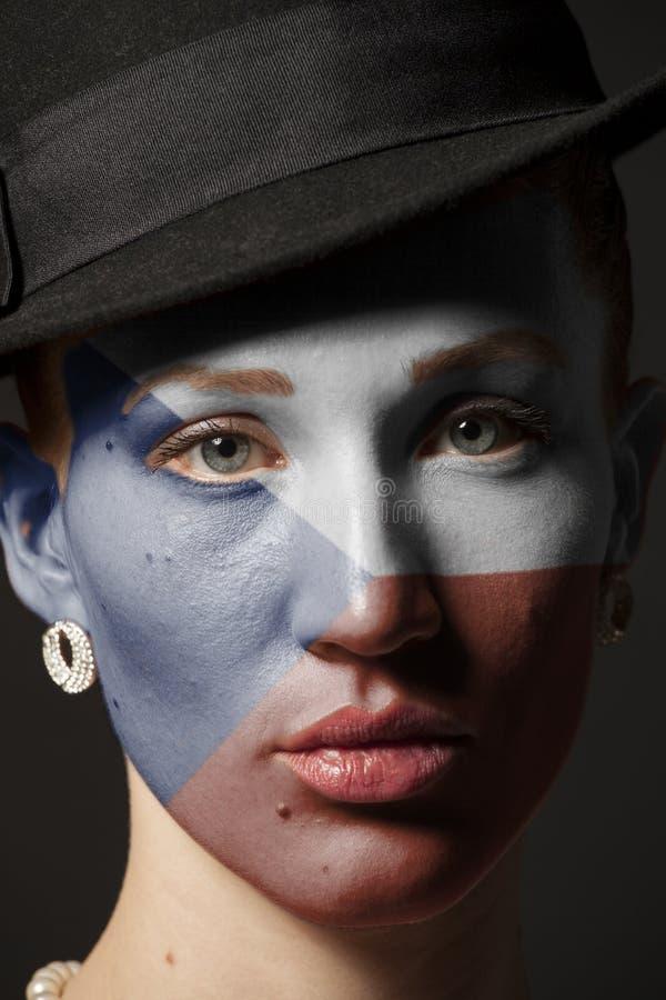 Πρόσωπο γυναικών με τη χρωματισμένη τσεχική σημαία στοκ εικόνα