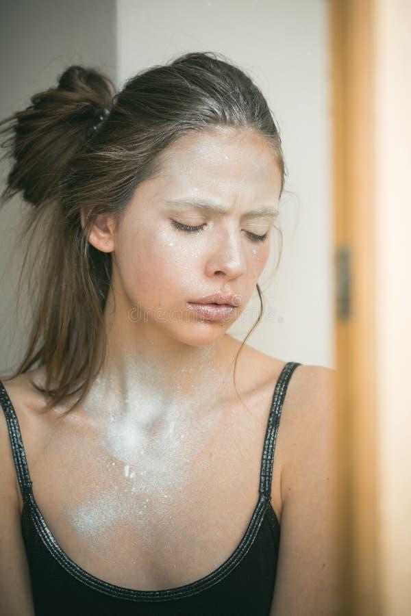 Πρόσωπο γυναικών με το ασημένιο σώμα makeup Γυναίκα με το makeup και bodyart Καλλυντικά για το visage και skincare, κομμωτής _ στοκ εικόνες με δικαίωμα ελεύθερης χρήσης
