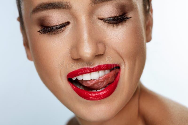 Πρόσωπο γυναικών μόδας ομορφιάς με το τέλειο άσπρο χαμόγελο, κόκκινα χείλια στοκ εικόνες