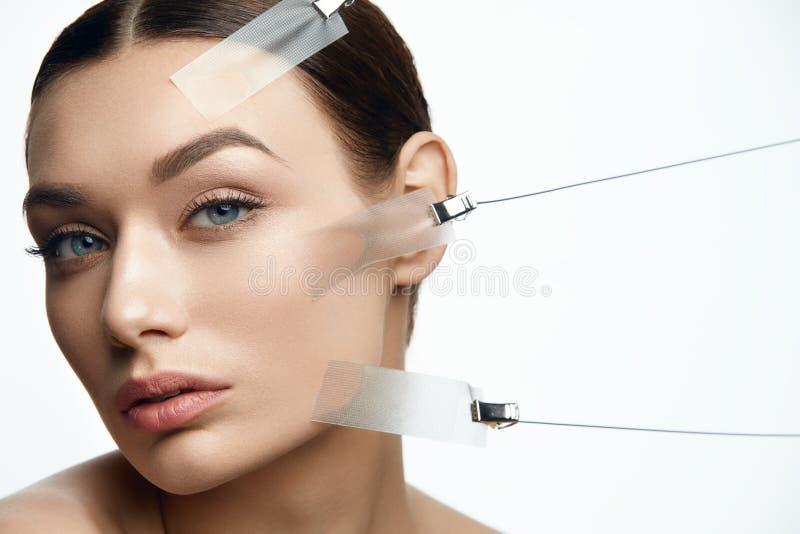 Πρόσωπο γυναικών ομορφιάς κατά τη διάρκεια της επεξεργασίας ανελκυστήρων δερμάτων προσώπου στοκ εικόνες