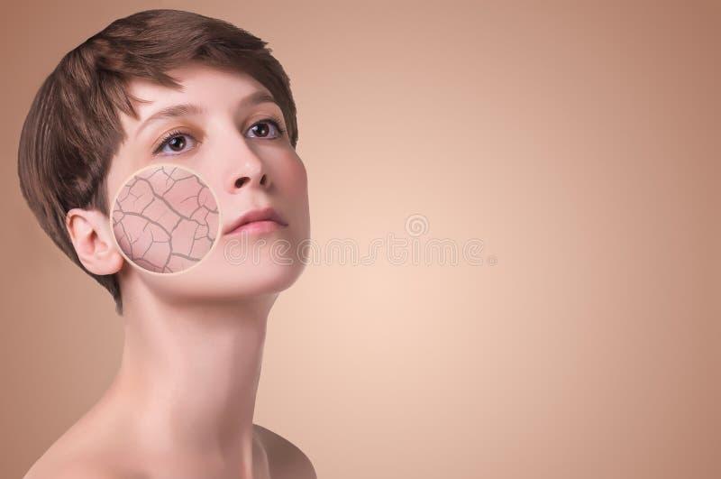 Πρόσωπο γυναικών που καλύπτεται με το ραγισμένο σύμβολο γήινης σύστασης του ξηρού δέρματος στοκ εικόνα