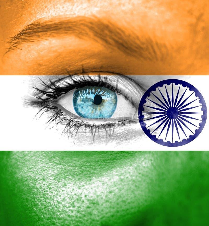 Πρόσωπο γυναικών που χρωματίζεται με τη σημαία της Ινδίας στοκ εικόνες