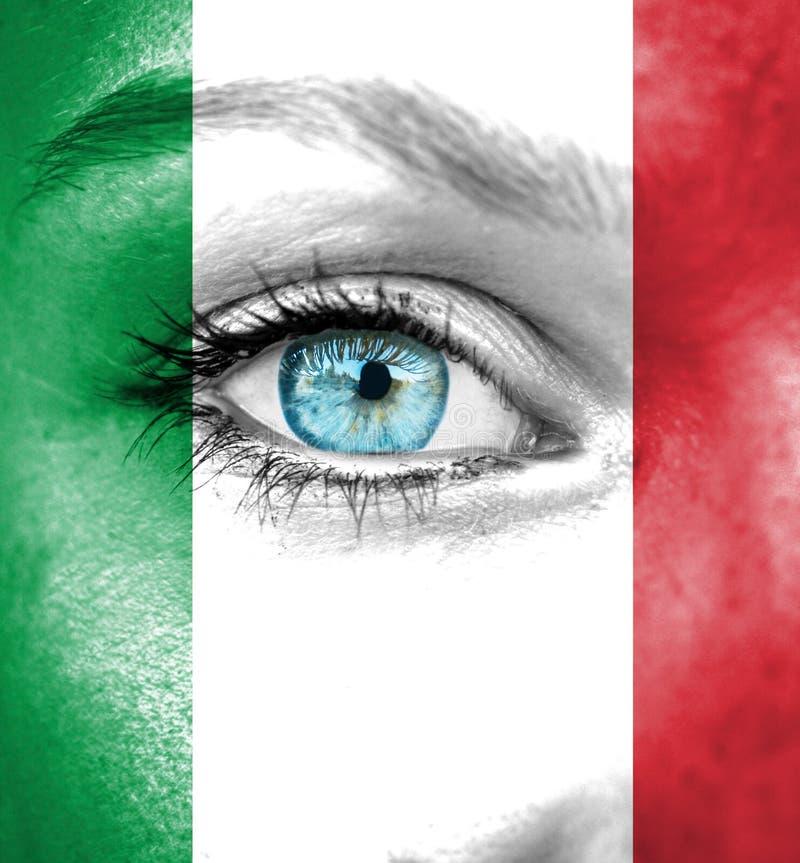 Πρόσωπο γυναικών που χρωματίζεται με τη σημαία της Ιταλίας στοκ εικόνα με δικαίωμα ελεύθερης χρήσης