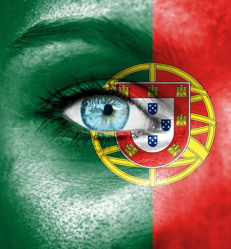 Πρόσωπο γυναικών που χρωματίζεται με τη σημαία της Πορτογαλίας στοκ εικόνες