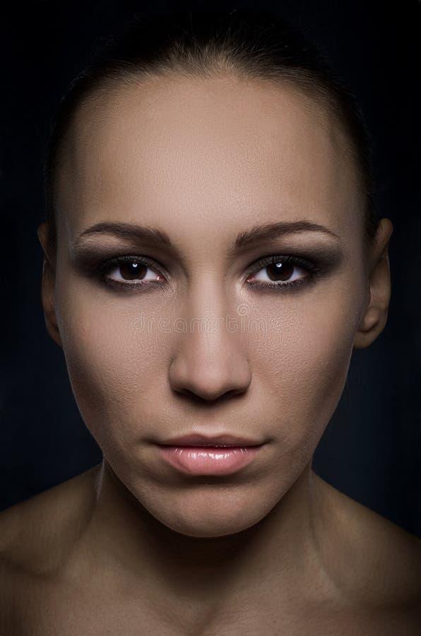 Πρόσωπο ενός όμορφου εμπαθούς brunette στοκ εικόνα