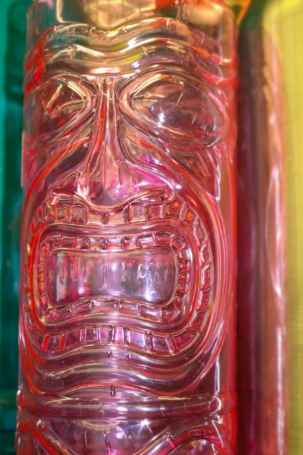 Πρόσωπο Θεών Tiki στο τροπικό φωτεινό κάθετο υπόβαθρο κρητιδογραφιών με pinks και το τυρκουάζ και κίτρινος στοκ φωτογραφίες με δικαίωμα ελεύθερης χρήσης