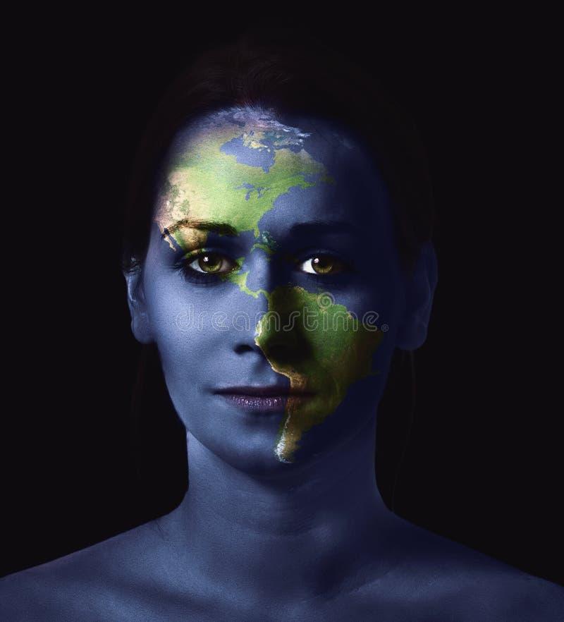 Πρόσωπο και χάρτης γυναίκας στοκ εικόνες με δικαίωμα ελεύθερης χρήσης
