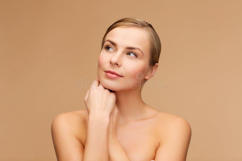 Πρόσωπο και χέρια της όμορφης γυναίκας στοκ φωτογραφίες με δικαίωμα ελεύθερης χρήσης