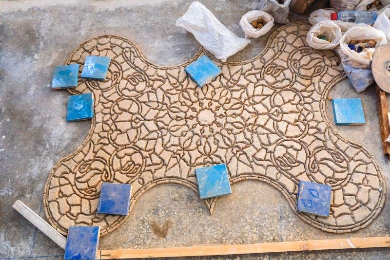 Πρόσωπο-κατεβάστε τα κομμάτια της τερακότας Zellige βερνίκωσε τα κεραμίδια για να διαμορφώσει ένα μαροκινό σχέδιο μωσαϊκών στοκ φωτογραφία