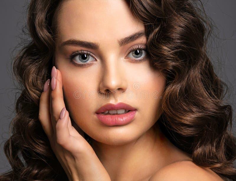 Πρόσωπο κινηματογραφήσεων σε πρώτο πλάνο μιας όμορφης γυναίκας με ένα καπνώές μάτι makeup στοκ φωτογραφία με δικαίωμα ελεύθερης χρήσης