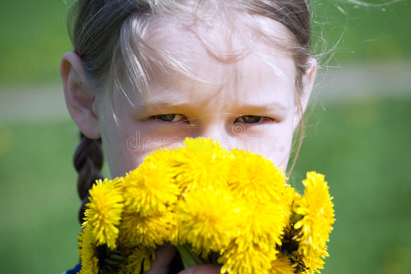 Πρόσωπο κοριτσιού με τις κίτρινες πικραλίδες στοκ εικόνα με δικαίωμα ελεύθερης χρήσης
