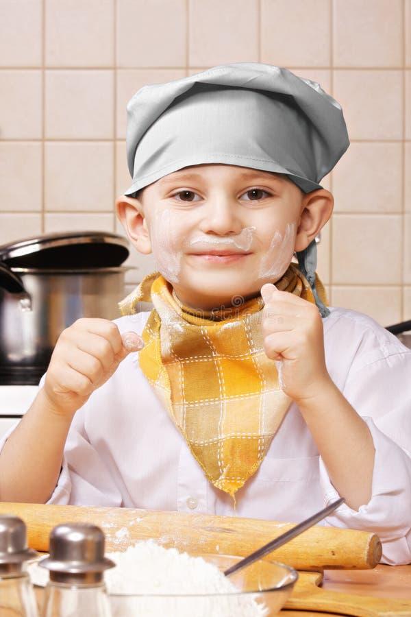 Πρόσωπο μαγείρων χαμόγελου που λεκιάζουν με το αλεύρι στοκ φωτογραφία με δικαίωμα ελεύθερης χρήσης