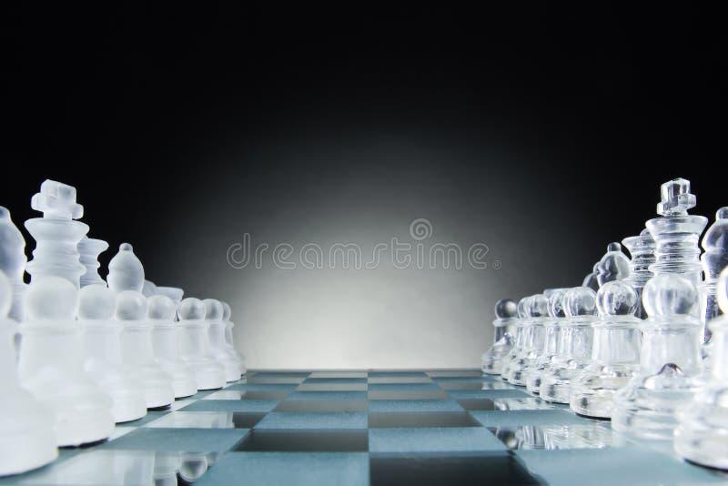 Πρόσωπο με πρόσωπο, πρώτο βήμα σκακιού Διάστημα αντιγράφων για το κείμενο στοκ φωτογραφία με δικαίωμα ελεύθερης χρήσης